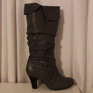 Sz9 Grey wide calf boot with heel